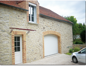 Porte de garage enroulable sur maison traditionnelle